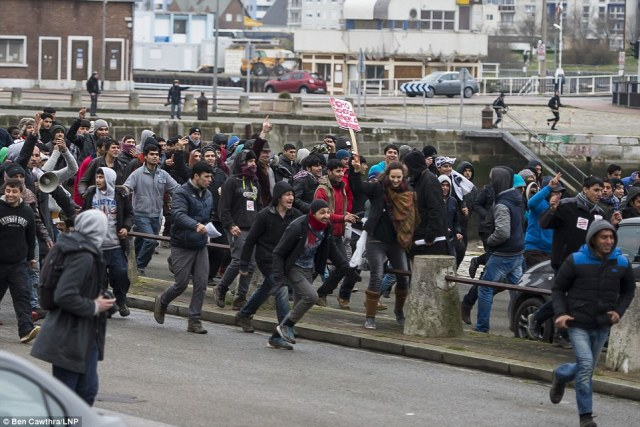 3081273700000578-3413566-The_Port_of_Calais_has_been_closed_after_hundreds_of_migrants_st-a-23_1453572800624.jpg